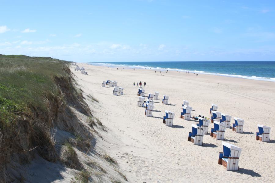 Typisch Sylt: Sonnenbaden bei steifer Brise im Strandkorb