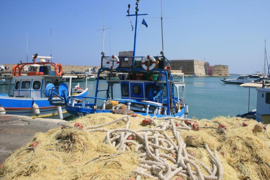 Typisch Kreta: Fischerboote im Hafen von Heraklion
