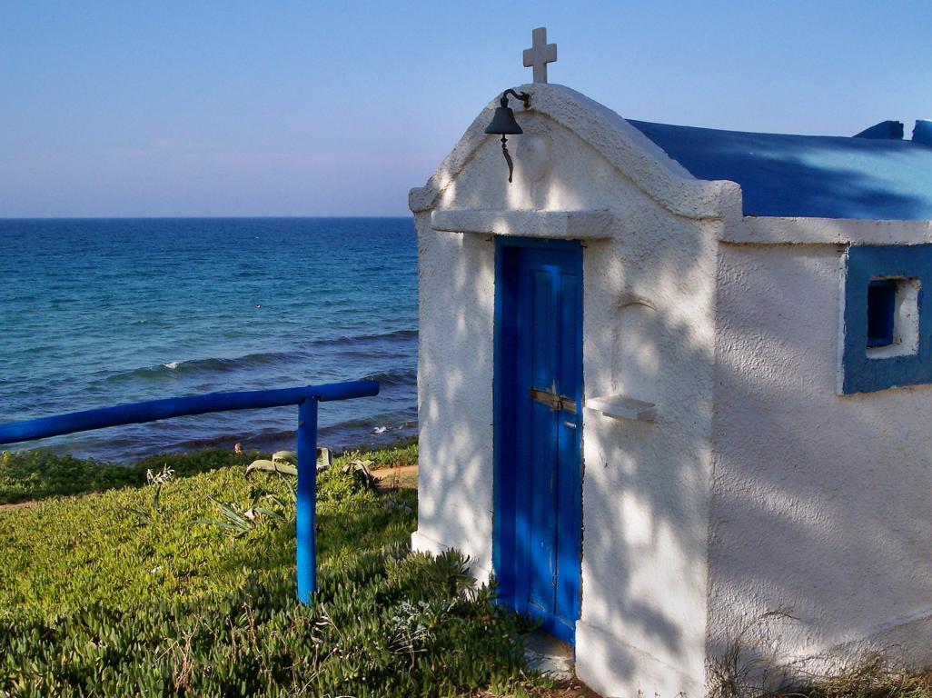 Typisch Kreta: Kirche direkt am Strand von Malia