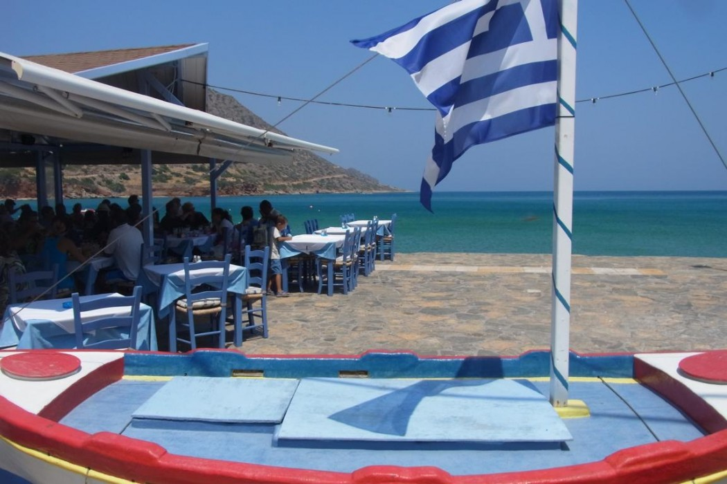 Typisch Kreta: Fischtaverne mit Blick auf Spinalonga