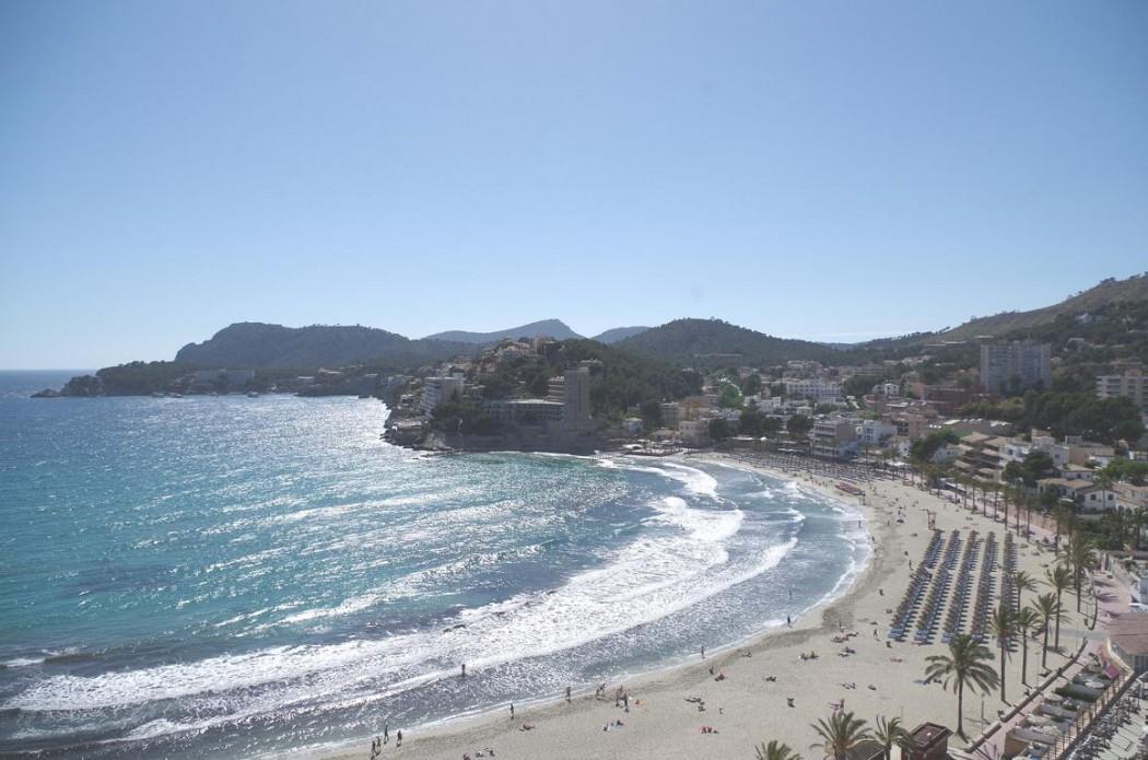 Typisch Mallorca: Lange und  breite Sandstränden wie bei Peguera