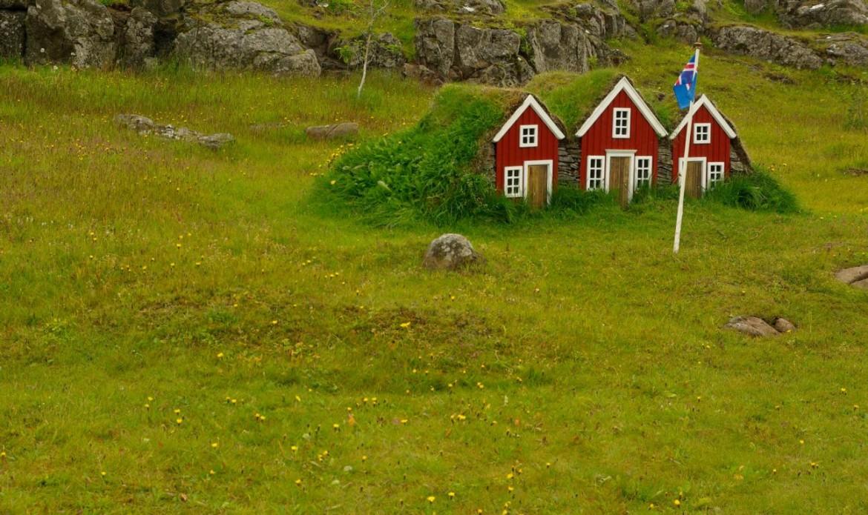 Typisch Island: Weiß-bunte Holzhäuser zwischen Gletschern und Vulkanen