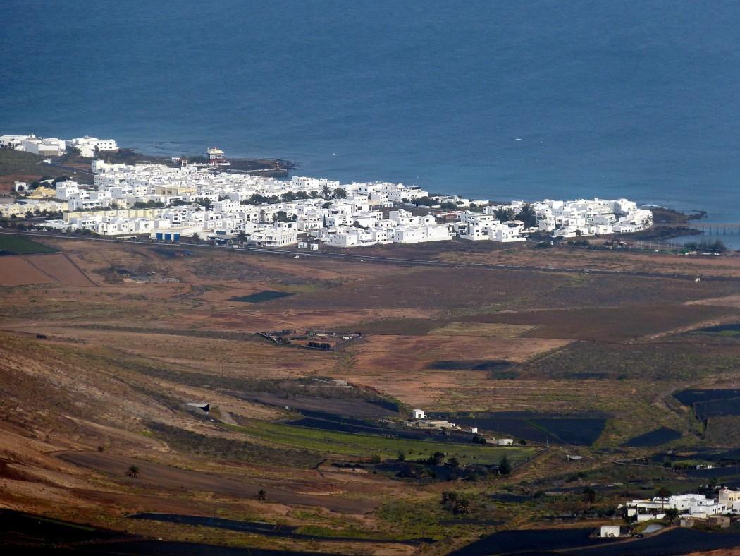 Typisch Lanzarote: Kubische Häuser in karger Mondlandschaft