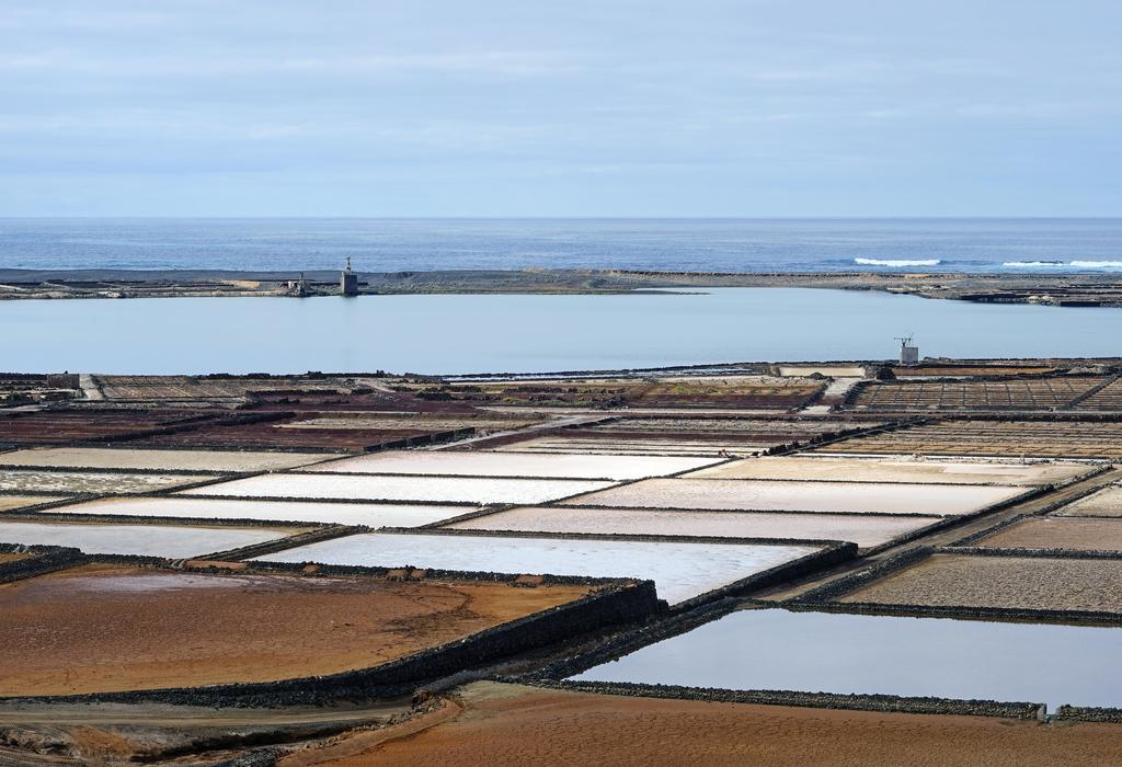 Typisch Lanzarote: Alte Salinenfelder produzieren Salz